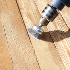 Een houten vloer borstelen